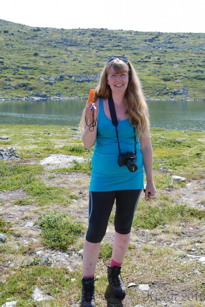 13 240713 Ferietur - Aursjoen kultursti - Heidi med sitt første cachefunn