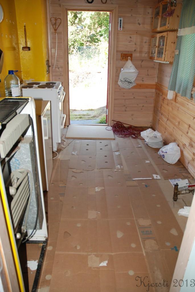 3 210713 Legger linoleum på kjøkkenet på hytta
