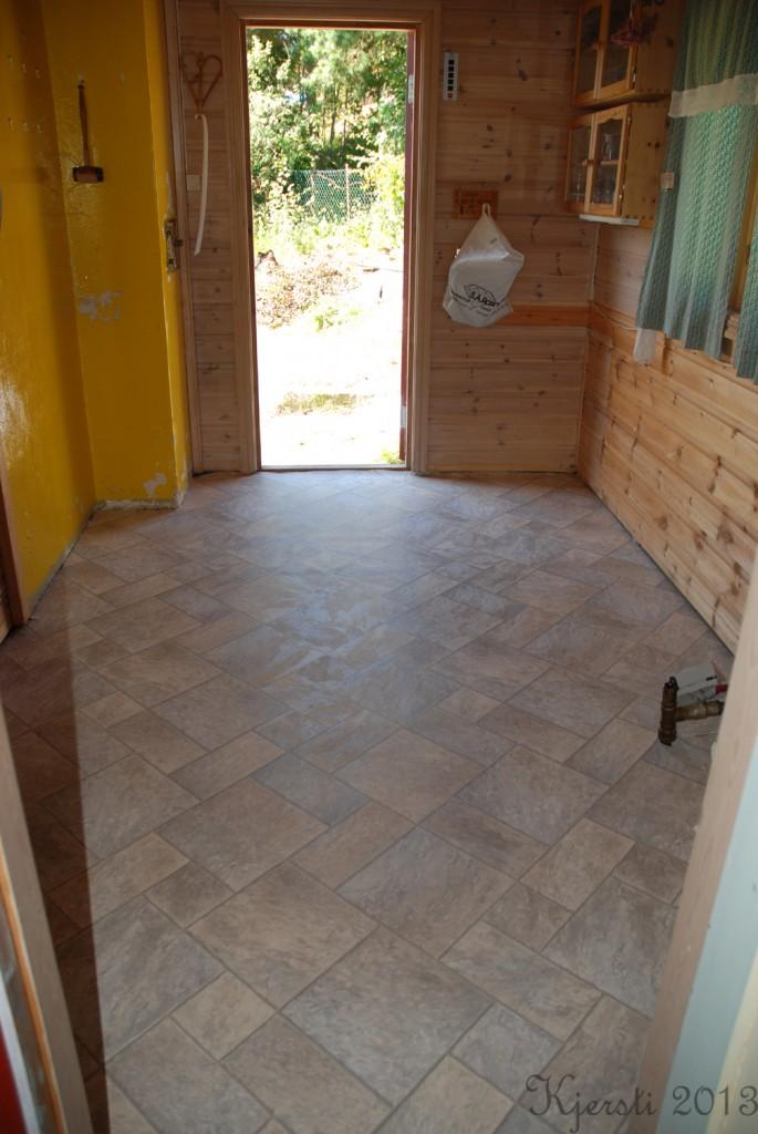 4 210713 Legger linoleum på kjøkkenet på hytta