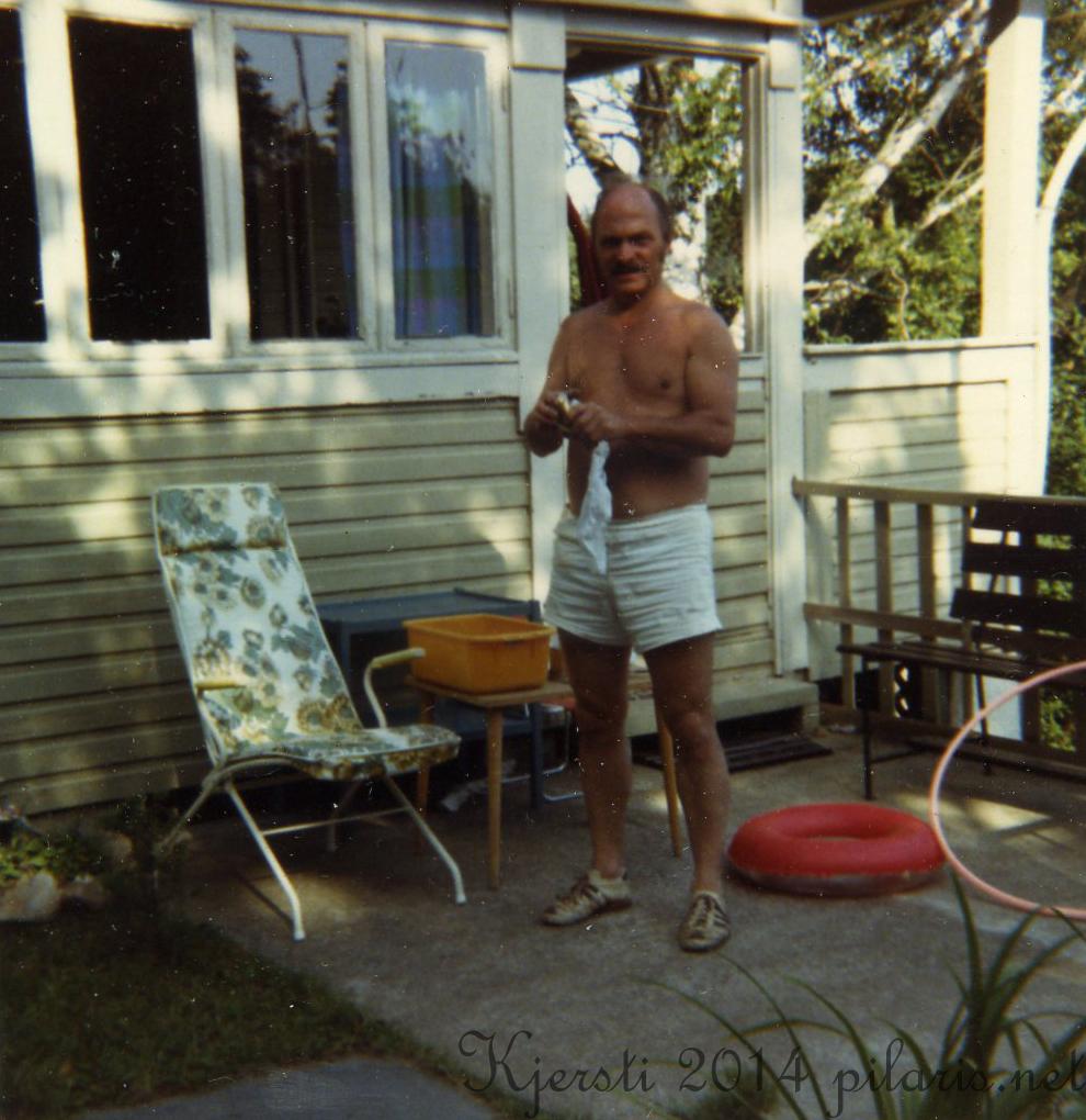 1 290714 01 Juli 1980 Pappa foran hytta