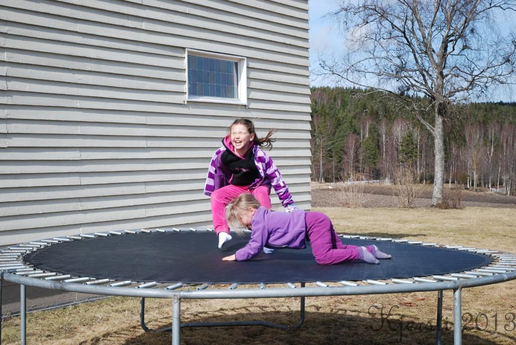2 210413 A og L på trampolina